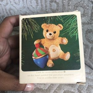 "Hallmark Holiday - HALLMARK ""Cinnamon Bear"" vintage ornament"